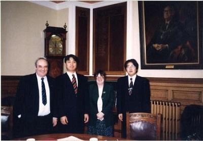 (写真左から二人目が清水氏)